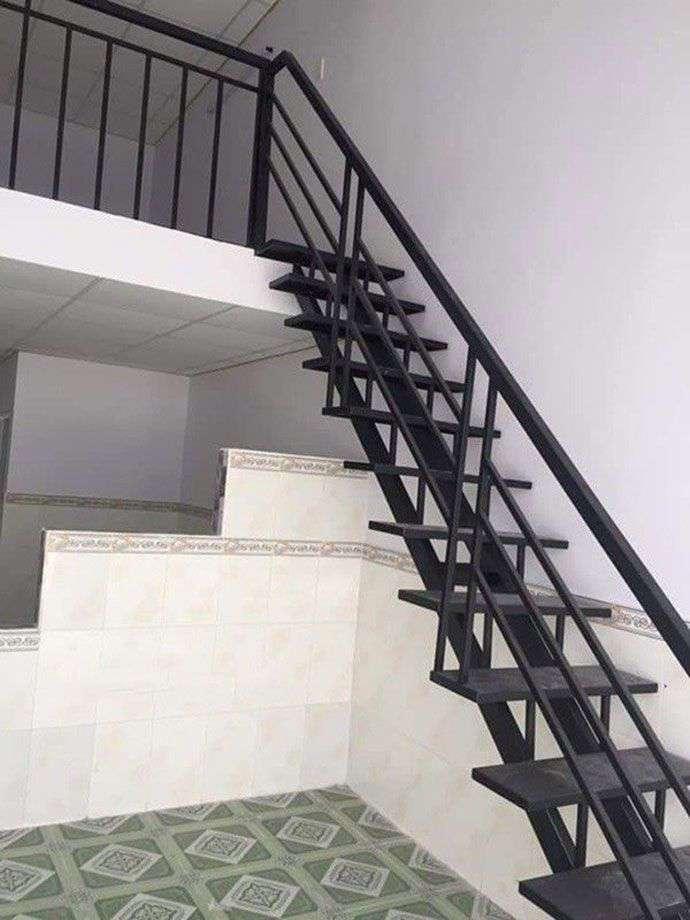 Cầu thang sắt đơn giản trong nhà