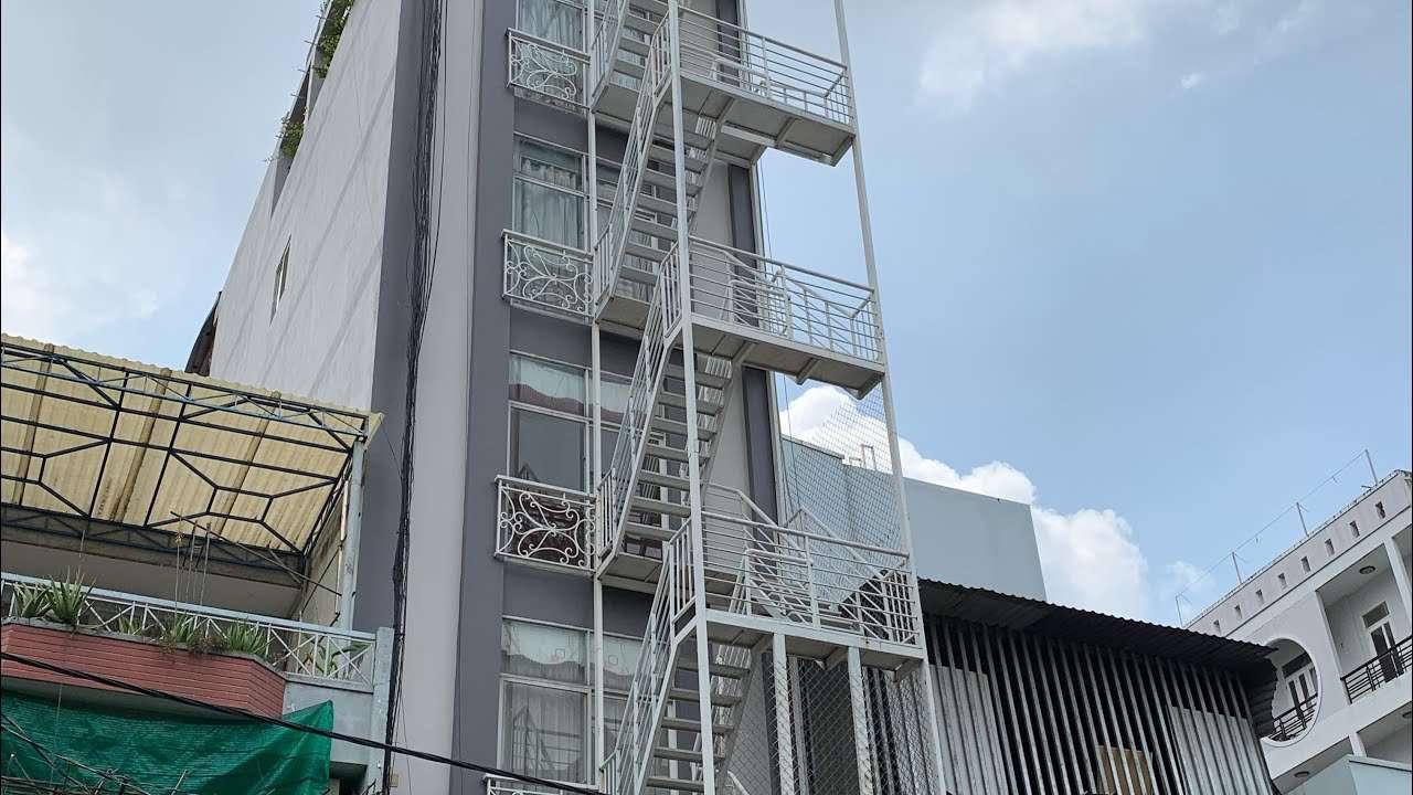 Cầu thang sắt thoát hiểm ngoài trời