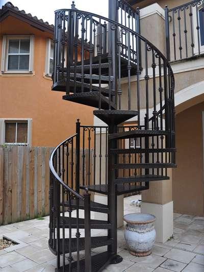 Cầu thang thép xoắn ốc ngoài trời